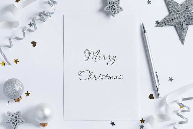 Decorazione natalizia e buon natale su carta