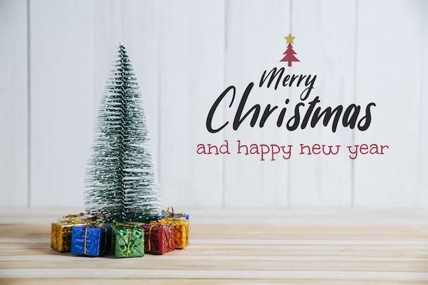 Regalo di natale e albero di pino buon natale e felice anno nuovo concetto