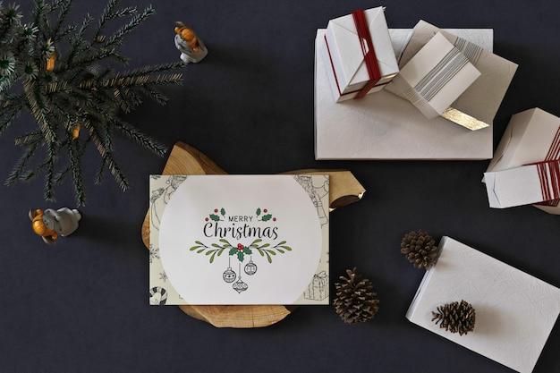 Mockup di biglietto di auguri di natale con albero di natale e decorazioni