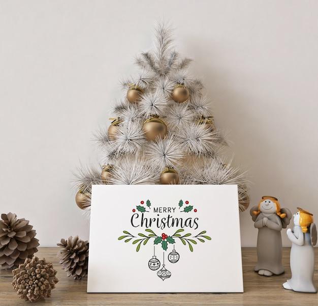 Mockup di biglietto di auguri di natale con albero di natale bianco e decorazioni