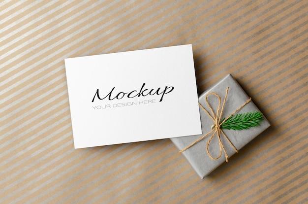 Modello di biglietto di auguri di natale o invito con confezione regalo decorata