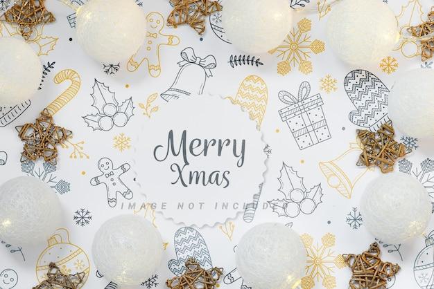 Composizione in vacanza di natale. cornice mockup con palline e stelle su sfondo bianco.