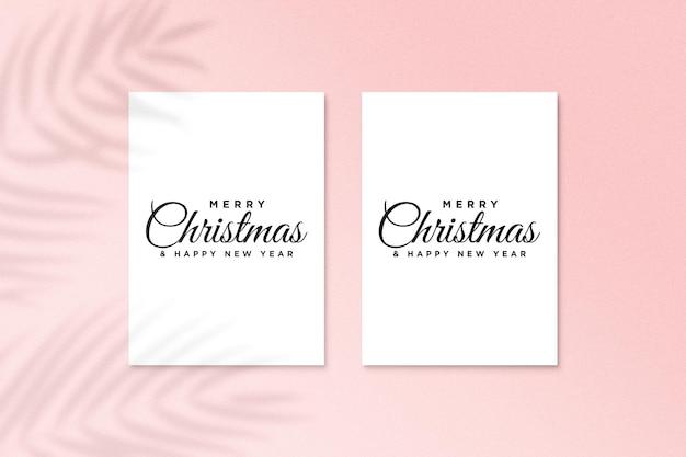 Mockup di design di biglietti di auguri per le vacanze di natale con ombra di foglie di palma