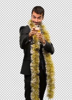 Evento di vacanze natalizie. uomo con champagne che celebra il nuovo anno 2019