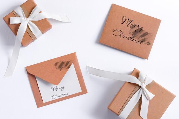 Carta mockup di natale con scatole regalo artigianali e lettera a babbo natale.