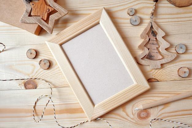 Cornice in legno di natale, stella e un albero di natale in legno