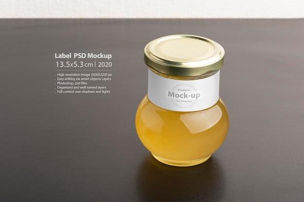 Marmellata di cedro in barattolo di vetro e mockup di etichetta con tappo rotondo sulla tavola nera