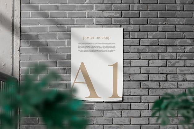 Pulisca il modello minimo del manifesto di a1 sul muro di mattoni grigio e l'ombra chiara.