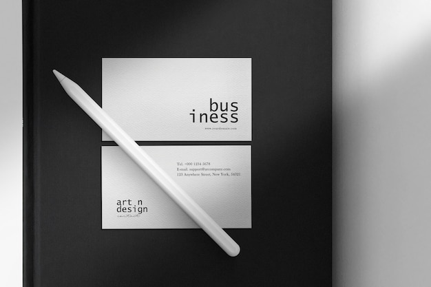 Pulisci il mockup minimo del biglietto da visita su libro nero e matita digitale