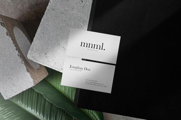 Pulire il mockup minimo del biglietto da visita sul libro nero