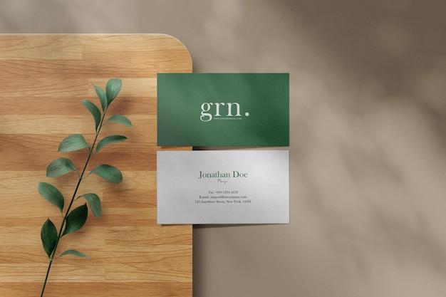 Pulisci il modello di biglietto da visita minimo sul piatto di legno
