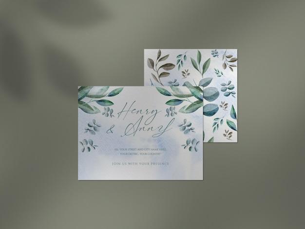 Mockup pulito con varietà di articoli di cancelleria per matrimoni floreali e sovrapposizione di ombre