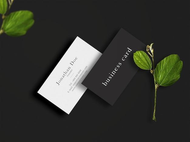 Modello di biglietto da visita pulito e moderno su trama con foglie