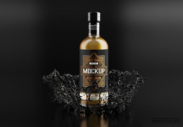 Mockup di bottiglia di whisky in vetro trasparente