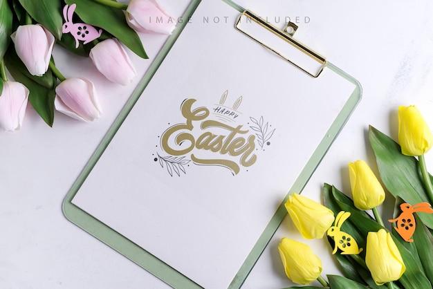 Mockup di appunti con tulipani primaverili con coniglietto di pasqua
