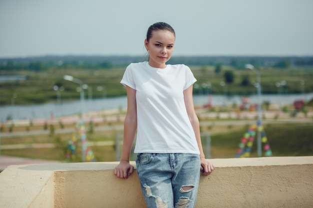 Chiuda in su bella giovane donna in mockup di t-shirt