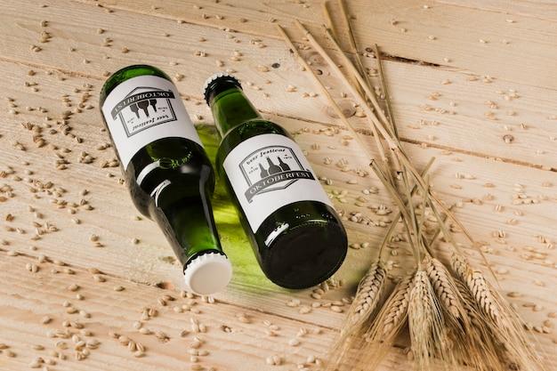 Bottiglie di birra del primo piano sulla tavola di legno