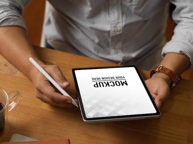 Primo piano di uomo d'affari che lavora con tavoletta digitale
