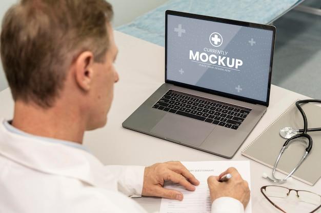 Primo piano medico che scrive prescrizione