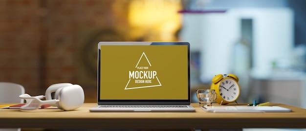 Primo piano di un mockup di laptop vuoto sul tavolo del bancone in legno sfocato in cucina sullo sfondo