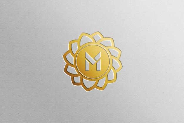 Chiuda in su mockup logo lamina d'oro isolato