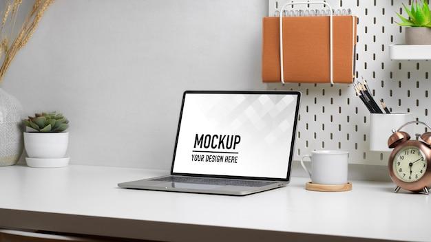 Chiuda in sulla scrivania dell'ufficio domestico con il modello del computer portatile