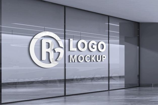 Primo piano sul mockup del logo sulla parete di vetro bianca