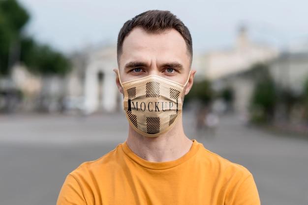 Close-up uomo che indossa la maschera di protezione