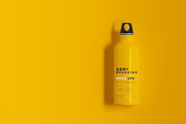 Primo piano sulla confezione del mockup di bottiglia d'acqua in alluminio