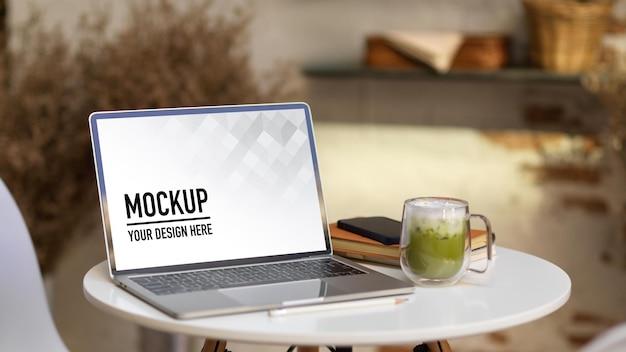 Chiuda in su dell'area di lavoro portatile con mockup di laptop