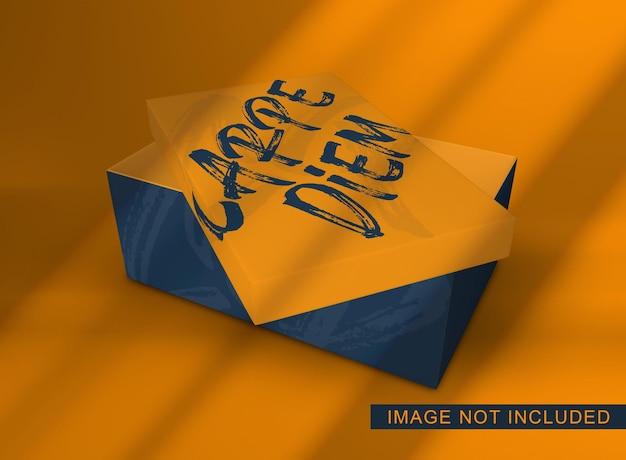 Primo piano sul mockup di imballaggio scatola di scarpe con coperchio galleggiante