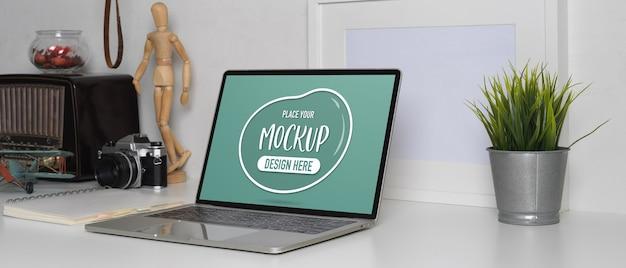 Vista ravvicinata del tavolo da lavoro contemporaneo con laptop mockup laptop