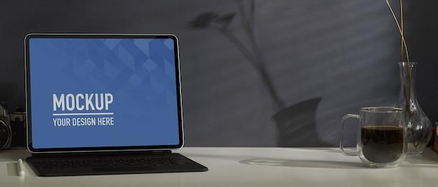 Vista ravvicinata della scrivania da casa con tablet mockup