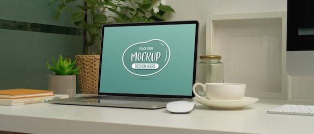 Vista ravvicinata di mock up laptop sul tavolo di lavoro