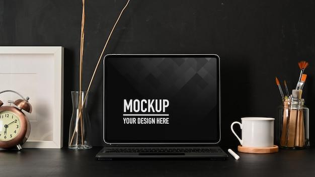 Vista ravvicinata dell'area di lavoro con mockup di laptop, tazza da caffè e forniture