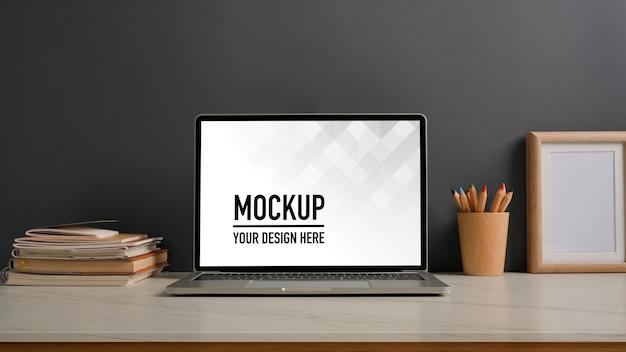 Vista ravvicinata dell'area di lavoro con laptop mockup