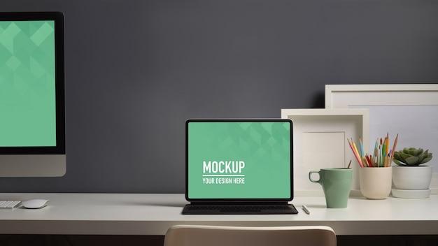 Vista ravvicinata del piano di lavoro con computer e laptop mockup