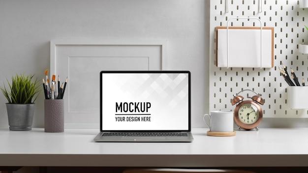 Vista ravvicinata del piano di lavoro con mockup di laptop