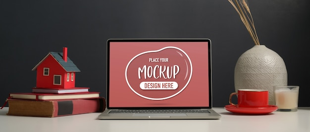 Vista ravvicinata del piano di lavoro con laptop mockup