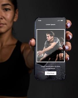 Chiuda in su smartphone della holding della donna