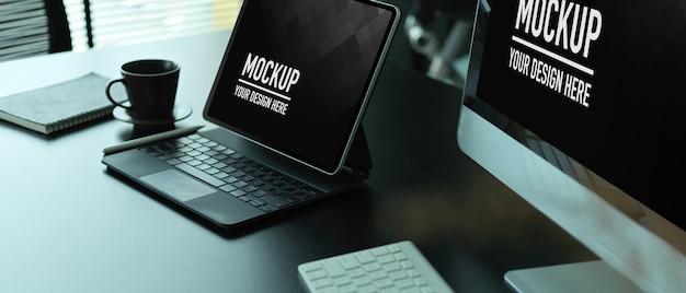 Primo piano dell'area di lavoro con il mockup del computer