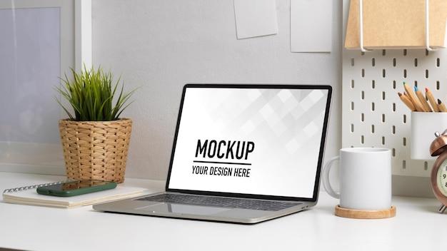 Primo piano sull'area di lavoro con mockup di laptop