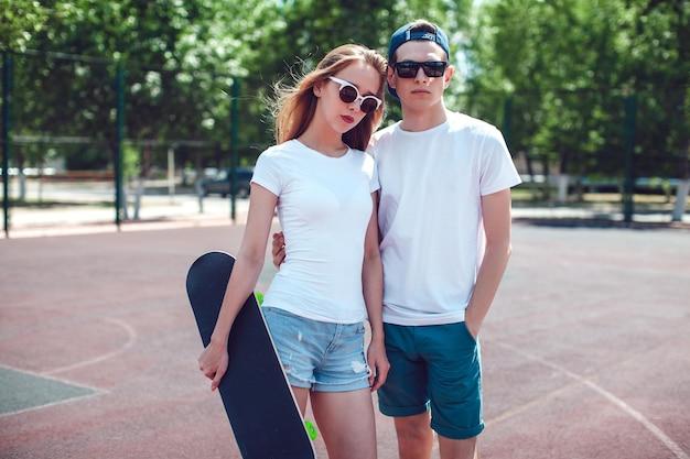 Primo piano sulla giovane coppia che indossa la maglietta mockup Psd Premium