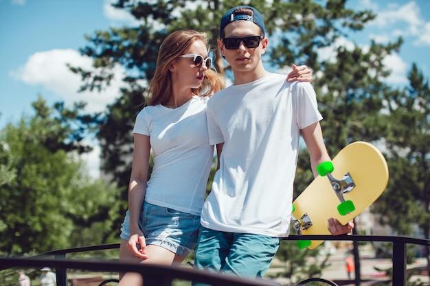 Primo piano sulla giovane coppia che indossa la maglietta mockup