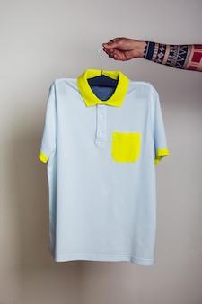 Primo piano su young man holding mockup t-shirt