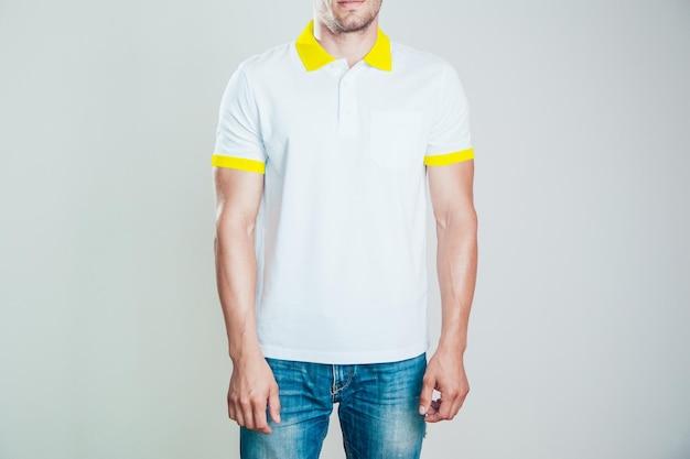 Primo piano sul giovane uomo che indossa la maglietta mockup
