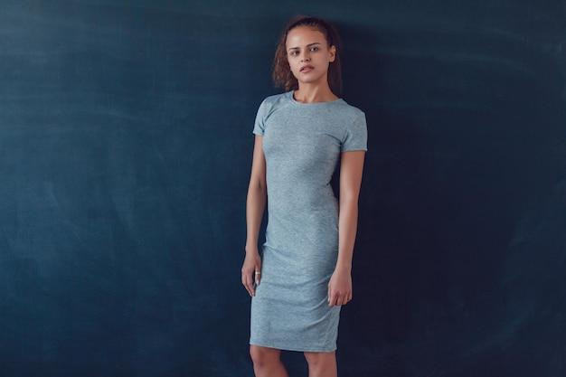 Primo piano sulla giovane donna che indossa abito mockup