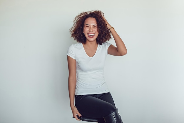 Primo piano sulla giovane donna che indossa il mockup della maglietta