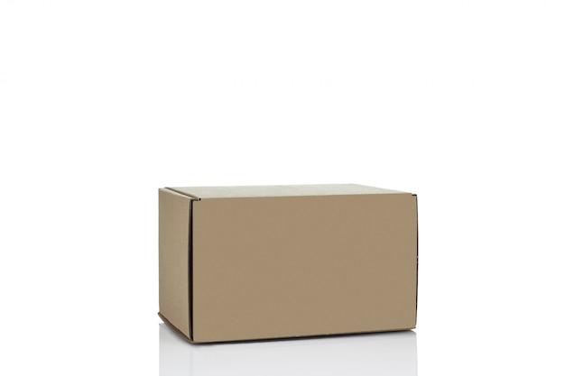 Scatola di cartone chiusa isolata.