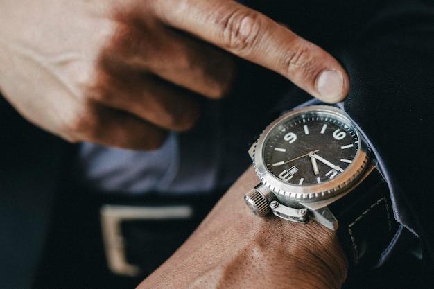 Primo piano di un orologio da uomo di lusso